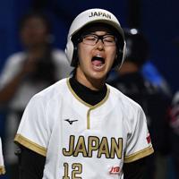 【台湾-日本】四回裏日本2死一塁、三直に倒れ悔しがる渥美=宇津木スタジアムで2019年8月31日、大西岳彦撮影