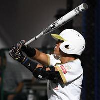 【台湾-日本】六回裏2死、山本が中越え本塁打を放つ=宇津木スタジアムで2019年8月31日、大西岳彦撮影