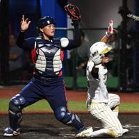 【台湾-日本】五回裏日本1死二塁、川畑の中前打で洲鎌(右)が本塁を狙うもタッチアウト=宇津木スタジアムで2019年8月31日、大西岳彦撮影