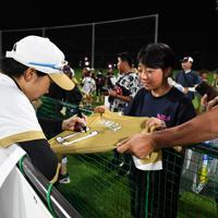 ファンにサインをする山田恵里選手(左)=宇津木スタジアムで2019年8月31日、大西岳彦撮影