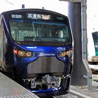 JR新宿駅に停車する相模鉄道の「12000系」の試運転列車。右には埼京線が走る=JR新宿駅で2019年9月2日、梅村直承撮影