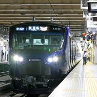 JR新宿駅に入る相模鉄道の「12000系」の試運転列車=JR新宿駅で2019年9月2日、梅村直承撮影
