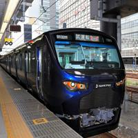 JR新宿駅に停車する相鉄の「12000系」の試運転列車。奥には新宿高島屋が見える=JR新宿駅で2019年9月2日、梅村直承撮影