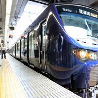 JRの駅員が見守る中、JR新宿駅を出発する相模鉄道の「12000系」の試運転列車=JR新宿駅で2019年9月2日午後、梅村直承撮影