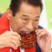 コラボレーションしたメニュー「最強のスクラム 闘魂バックリブ」を試食するアントニオ猪木さん=東京都武蔵野市で2019年9月2日、佐々木順一撮影