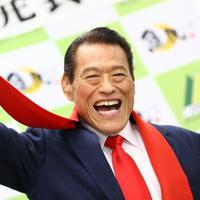 赤いマフラー姿でポーズを取るアントニオ猪木さん=東京都武蔵野市で2019年9月2日、佐々木順一撮影