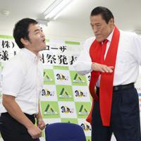 アントニオ猪木さんにビンタで闘魂を注入される記者=東京都武蔵野市で2019年9月2日、佐々木順一撮影