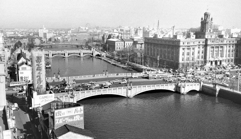 1960年の大阪市内の風景。右端が、銭高組が手がけた大阪市役所=1960年4月8日撮影