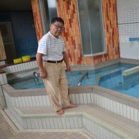 補修した浴槽を確認する「ひかり温泉」経営者の宮田良一さん=大阪府高槻市のひかり温泉で8月30日午後2時27分、真野敏幸撮影