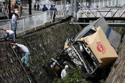 乗用車と衝突し、川に転落したトラック=神戸市灘区で2019年9月3日午前11時1分、小出洋平撮影