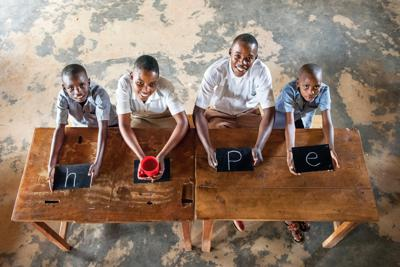 「hopeを消さないで」から10年、当時の撮影に参加したジャン・クラウドさん(20=右から2人目)、クラリスさん(18=同3人目)と在校生で、10年前と同じ場所、構図で撮影した=ルワンダ・ビハラグ小学校で2019年7月(Mayumi Ruiさん提供)