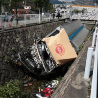 乗用車と衝突し、川に転落したトラック=神戸市灘区で2019年9月3日午前10時53分、小出洋平撮影