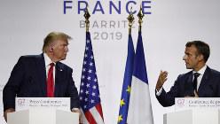 G7サミット閉会後の記者会見に臨むマクロン仏大統領(右)とトランプ米大統領=フランス南西部ビアリッツで8月26日、AP