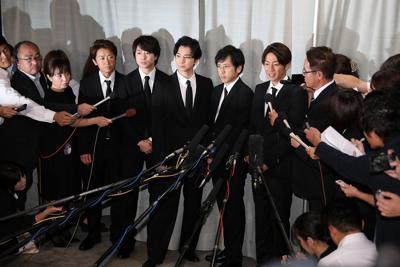 ジャニー喜多川さんのお別れの会を終え、報道陣の取材に応じる嵐のメンバー=東京ドームで2019年9月4日午後0時45分、喜屋武真之介撮影