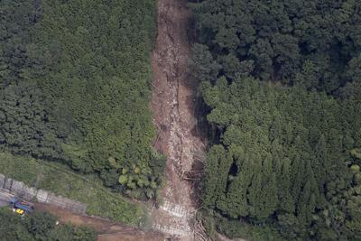 中国道の土砂崩れ現場=岡山県新見市で2019年9月4日午前10時14分、本社ヘリから