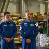 ガンプラの金型工場を視察する宇宙飛行士の金井宣茂さん(左)と野口聡一さん=静岡市葵区のバンダイホビーセンターで2019年9月4日午後1時12分、高場悠撮影