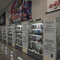 歴代のガンプラが並んだバンダイホビーセンターのロビー=静岡市葵区で2019年9月4日午後2時59分、高場悠撮影