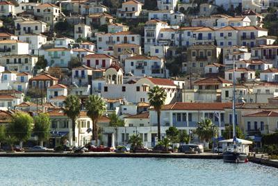 エーゲ海に面したギリシャのポロス島。白壁の民家と青い海の色が反射する窓のコントラストが美しい=2003年2月、川辺章生撮影