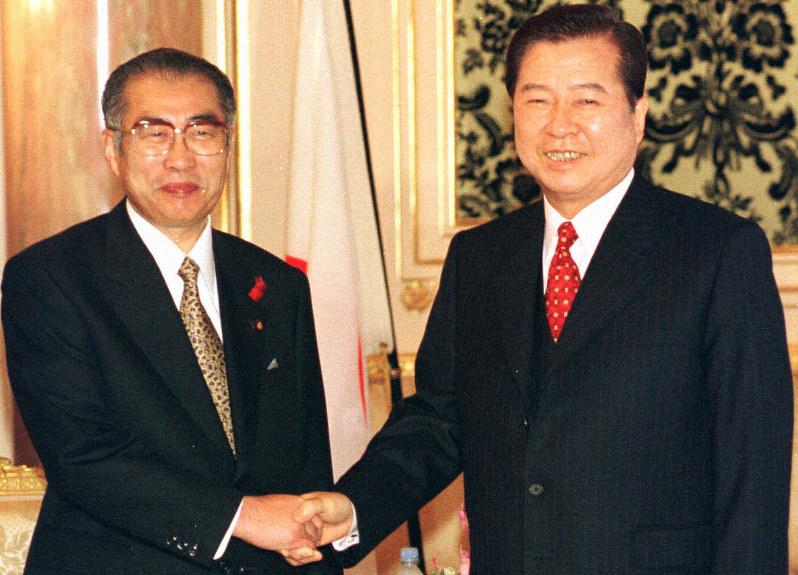 1998年に来日した韓国の金大中(キム・デジュン)大統領(右)と小渕恵三首相が署名した共同宣言は、65年の日韓基本条約を補完すると期待されていた=東京・元赤坂の迎賓館で98年10月8日、代表撮影