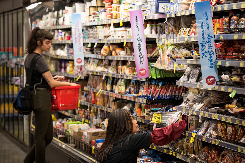 物価上昇が家計の消費にも影響(Bloomberg)