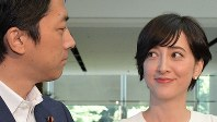 記者団に結婚と妊娠を報告後、質問を聞きながら自民党の小泉進次郎衆院議員(左)を見る滝川クリステルさん=首相官邸で2019年8月7日、川田雅浩撮影