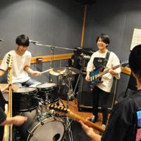 福島県大熊町でのライブに向け、バンドメンバーと音を合わせる川本大貴さん(中央右)=東京都江戸川区の音楽スタジオで