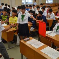 旗を使った交通整理を学ぶボランティアの秩父高1、2年の生徒=埼玉県秩父市で