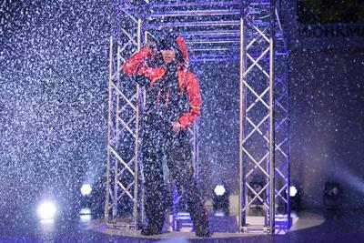 ステージに雨が降る演出で行われたワークマンのファッションショー=東京都渋谷区で2019年9月5日午後0時半、内藤絵美撮影