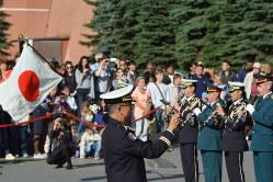 クレムリンの近くで合同演奏する陸上自衛隊の中央音楽隊とロシア軍の音楽隊=モスクワで2019年8月28日、大前仁撮影