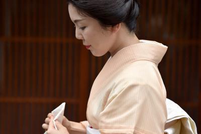 蒸し暑い中、合間にハンカチで汗をぬぐいながら、約20軒のお茶屋などにあいさつして回るつる葉さん=京都市東山区で2019年8月20日午前11時54分、川平愛撮影