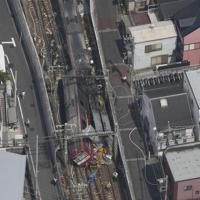 神奈川新町—仲木戸駅間の踏切付近でトラックと衝突し、脱線した電車=横浜市で2019年9月5日午後0時37分、本社ヘリから