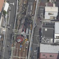 神奈川新町—仲木戸駅間の踏切付近でトラックと接触し、脱線した電車=横浜市で2019年9月5日午後0時37分、本社ヘリから