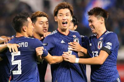 【日本-パラグアイ】前半、ゴールを決めて喜ぶ大迫(中央)を祝福する日本の選手たち=カシマスタジアムで2019年9月5日、宮武祐希撮影