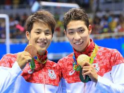 競泳男子400m個人メドレーで金メダルの萩野公介(右)と銅メダルの瀬戸大也=リオデジャネイロで2016年8月