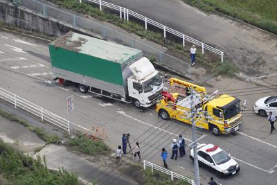 アンダーパスで水没していたトラック=三重県いなべ市で2019年9月5日午後0時14分、本社ヘリから