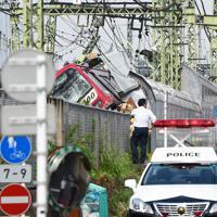 京急線の列車とトラックが衝突した事故現場=横浜市神奈川区で2019年9月5日午後1時8分、滝川大貴撮影