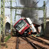 京急線の電車とトラックが衝突した事故現場=乗客の松尾直幸さん提供