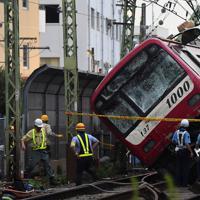 現場検証が進む京浜急行の電車とトラックが衝突した事故現場=横浜市神奈川区で2019年9月5日午後5時44分、滝川大貴撮影