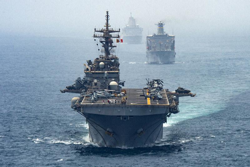 中東のホルムズ海峡を通過する米海軍の強襲揚陸艦「ボクサー」など=2019年8月12日、米国防総省提供