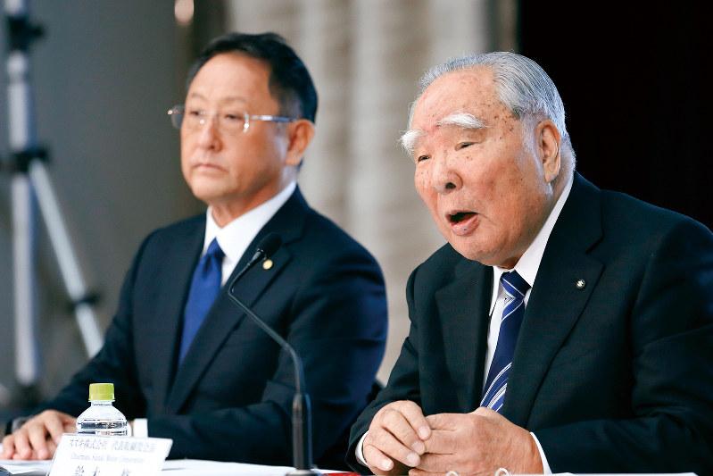 2016年に業務提携について記者会見したトヨタ自動車の豊田章男社長(左)と鈴木修会長だが、資本提携に踏み出した(Bloomberg)