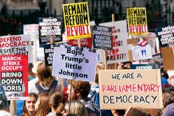 議会閉会に反対する市民のデモ=ロンドンで8月31日(Bloomberg)