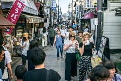 旅行費用の買い控え意識は、前回増税時より大幅減(神奈川県鎌倉市)(Bloomberg)