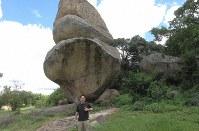 ハラレ郊外の観光名所「バランス岩群」と筆者(写真は筆者撮影)