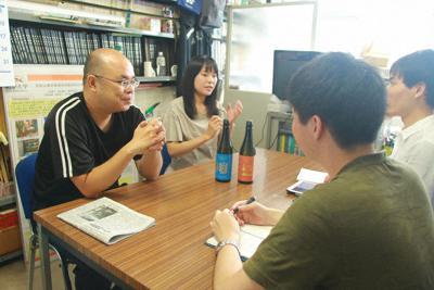 学生記者の取材に応じる(左から)中川智行教授と奥村真衣さん。2人の前にあるのが「岐山」と「曲阜」=岐阜市柳戸1の岐阜大で