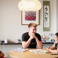 ホームシェアサービス「ホーミー」を利用して岩井智子さん(左)宅の一部屋に住むマーク・バードさん(中央)。週末に岩井さんの娘凛佳さんとお互いの文化を教え合う=東京都渋谷区で2019年8月31日、吉田航太撮影