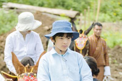 ラバで標高約3500㍍の山を登られる秋篠宮家の長男悠仁さま=ブータン・ジェラで2019年8月18日、宮内庁提供