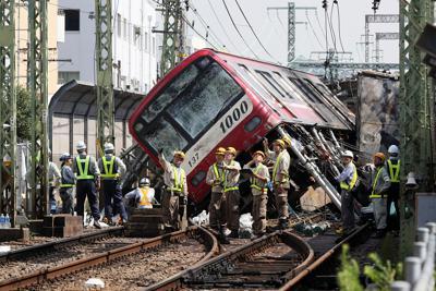 復旧作業が続く、京急電鉄の電車とトラックが衝突、脱線した事故現場=横浜市神奈川区で2019年9月6日午前9時47分、吉田航太撮影