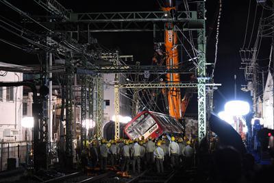 1両目の撤去準備が進められる事故現場=横浜市神奈川区で2019年9月6日午後7時14分、北山夏帆撮影