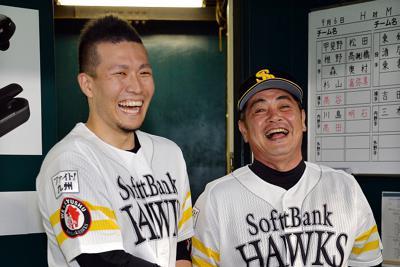 ノーヒット・ノーランを達成し、工藤監督(右)に祝福される千賀=福岡市中央区のヤフオクドームで2019年9月6日午後8時45分、金澤稔撮影