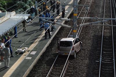 JR東福間駅構内の線路に落下した軽乗用車=福岡県福津市で2019年9月6日午後4時10分、中里顕撮影